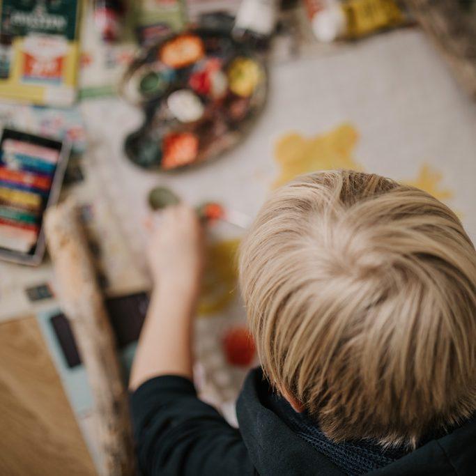 Kinderfotos beim Malen und Backen.